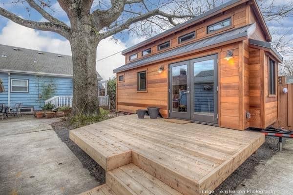 couples-backyard-tiny-house-on-wheels-01-600x400