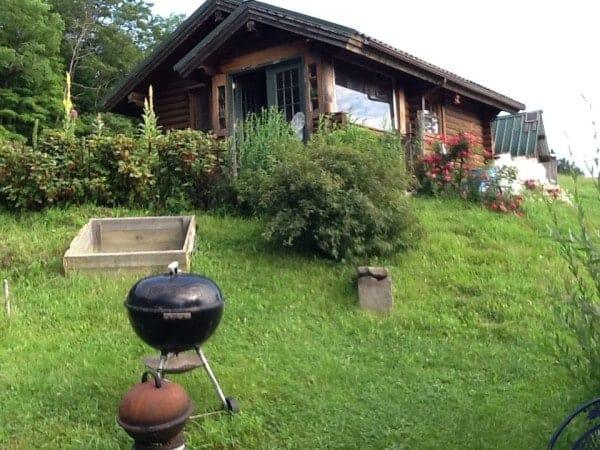 karenville-tiny-log-cabin-001-600x450
