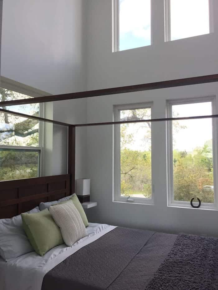 Bedroom+with+windows