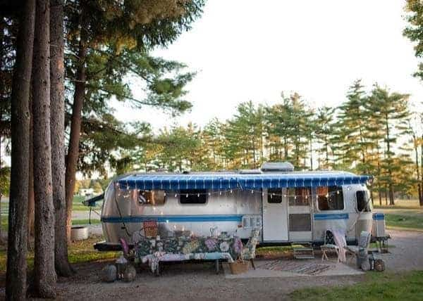 renovated-airstream-with-anthropologie-and-sarah-schneider-001-600x428