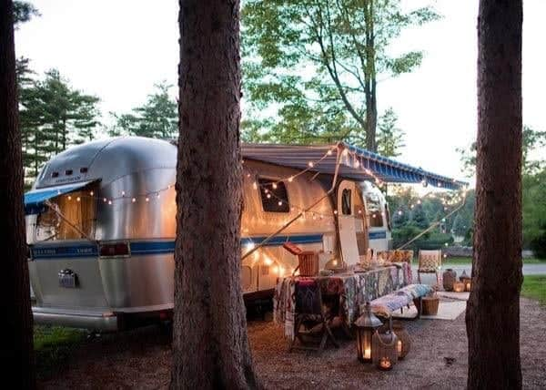 renovated-airstream-with-anthropologie-and-sarah-schneider-0014-600x428