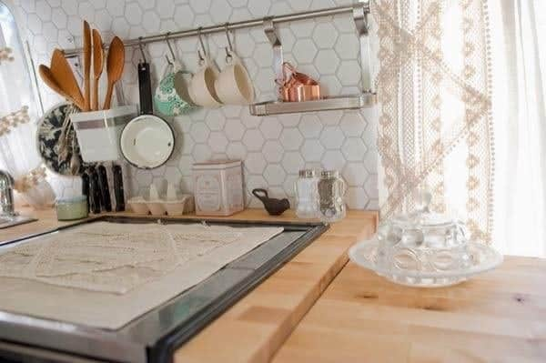 renovated-airstream-with-anthropologie-and-sarah-schneider-006-600x399