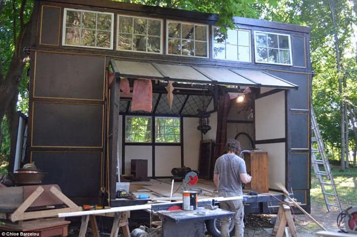 2AA795DF00000578-3166442-The_tiny_home_will_feature_a_retractable_deck_which_has_not_yet_-a-8_1437246104694