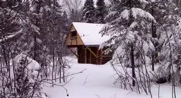 man-builds-tiny-log-cabin-for-500-bucks-01-600x327