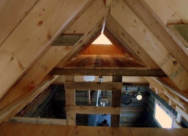 man-builds-tiny-log-cabin-for-500-bucks-013-600x433
