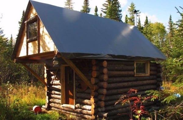 man-builds-tiny-log-cabin-for-500-bucks-015-600x394