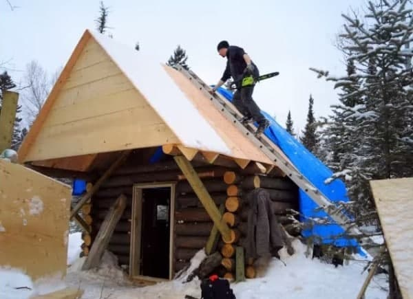 man-builds-tiny-log-cabin-for-500-bucks-04-600x435