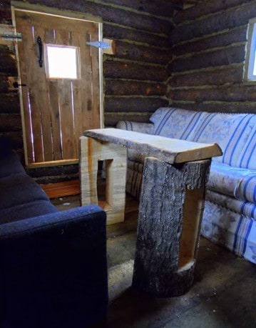 man-builds-tiny-log-cabin-for-500-bucks-07