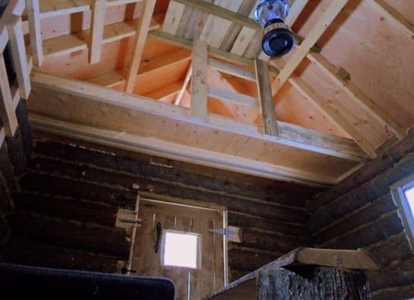 man-builds-tiny-log-cabin-for-500-bucks-08-600x435