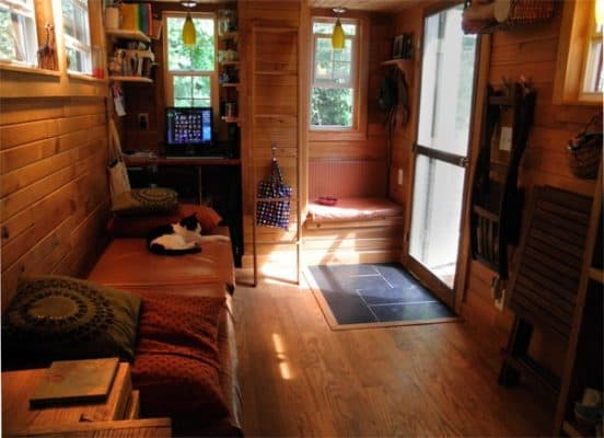 very-small-house-family-interior_81b49fc5da72daba0fd8b97f033de38e